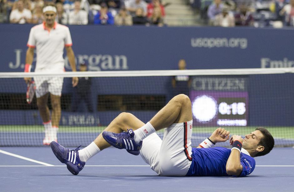 Djokovic sufrió una aparatosa caída durante la final ante Federer. (Foto: EFE)