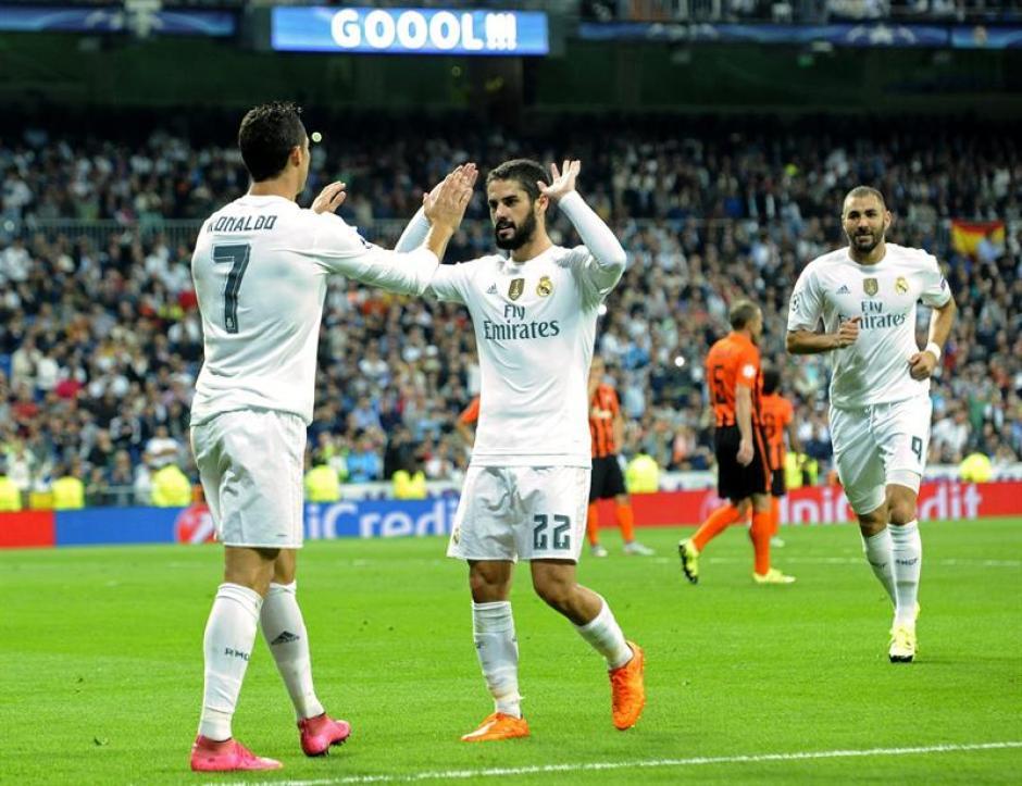 El defensa del Real Madrid Cristiano Ronaldo celebra con su compañero Isco el tercer gol marcado al Shakhtar Donetsk durante el partido de la primera jornada de la fase de grupos de la Liga de Campeones. (Foto: EFE)