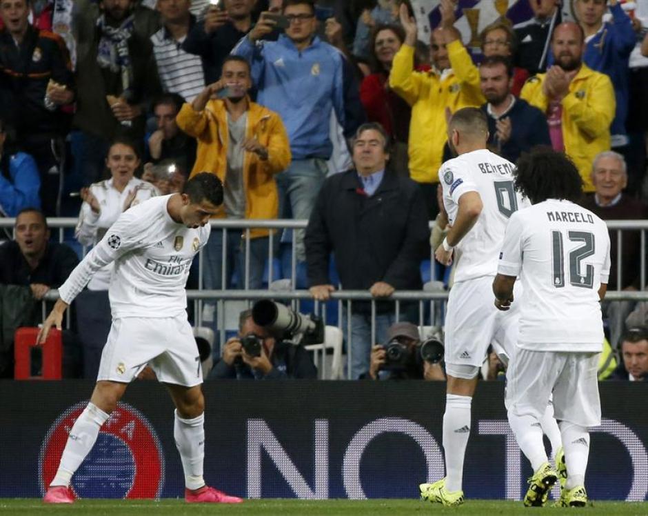 El delantero portugués del Real Madrid, Cristiano Ronaldo, celebra ante sus compañeros, el francés Karim Benzema y el brasileño Marcelo, el segundo gol del equipo. (Foto: EFE)