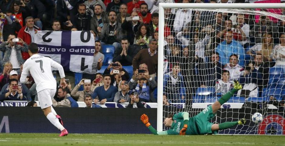 El delantero portugués del Real Madrid, Cristiano Ronaldo, tras batir de penalti al guardameta del Shakhtar Donetsk, Andrey Pyatov. (Foto: EFE)