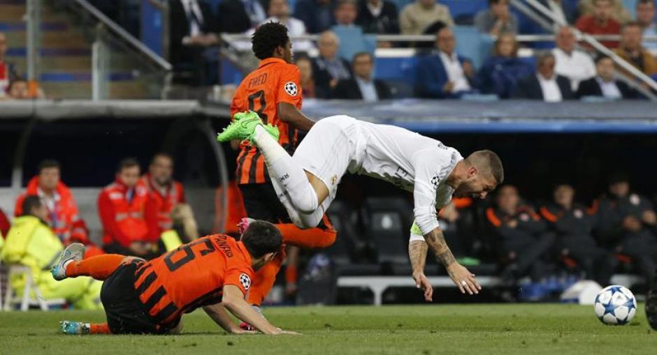 El defensa del Real Madrid, Sergio Ramos, cae ante la entrada del centrocampista del Shaktar Donetsk, Taras Stepanenko. (Foto: EFE)