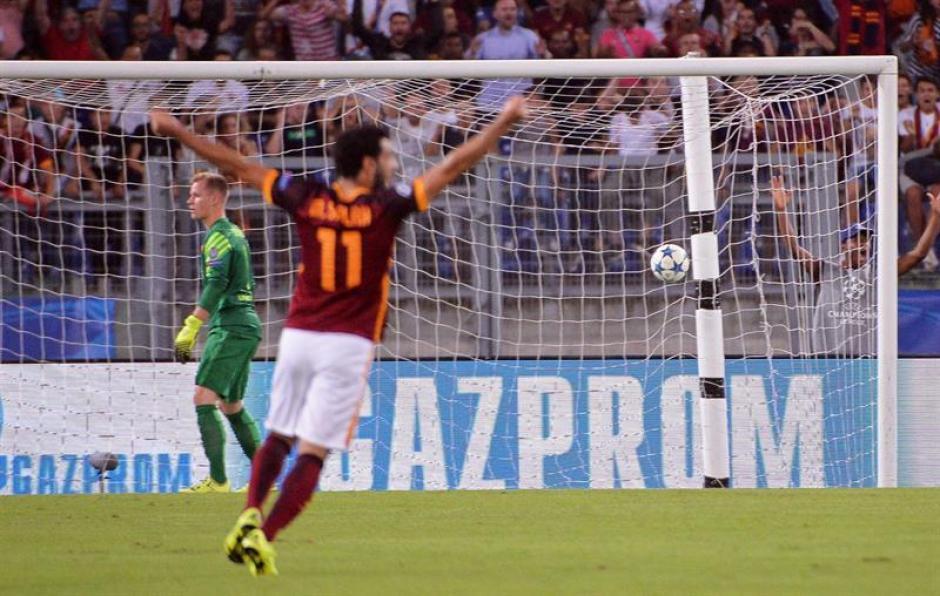 Ter Stegen se lamenta al fondo tras el primer gol en contra. Estaba un poco adelantado y no pudo reaccionar. (Foto: EFE)