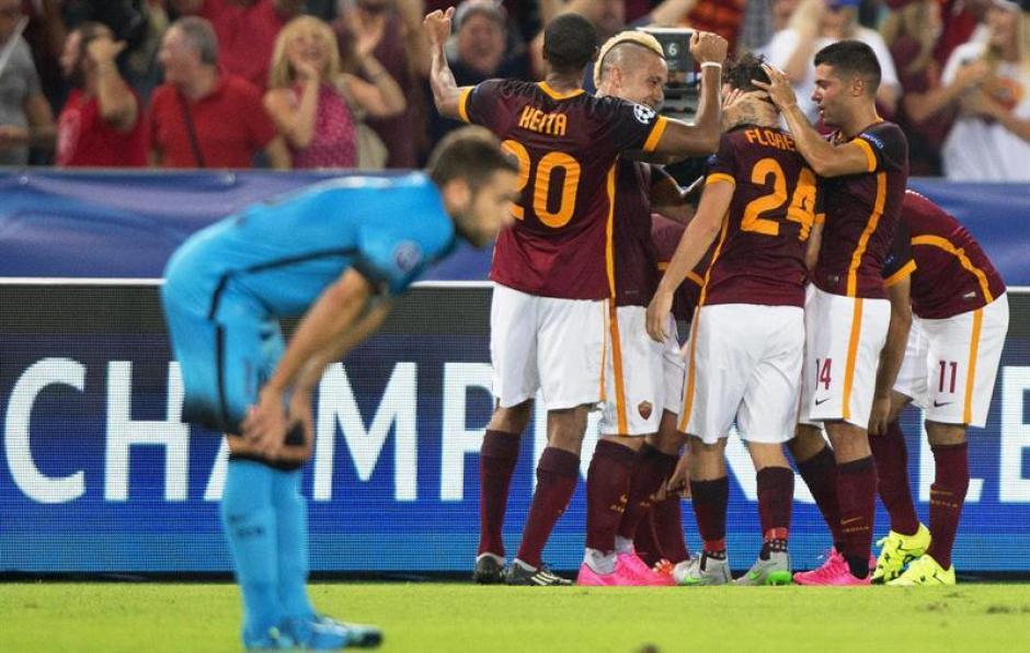 Florenzi hizo el golazo del empate parcial de la Roma en el primer tiempo, fue abrazado por sus compañeros. (Foto: EFE)