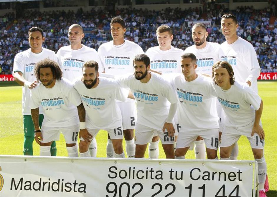 Con playera de solidaridad para los refugiados salieron los jugadores de Real Madrid al césped del Santiago Bernabéu, antes de enfrentar a Granada. (Foto: EFE)