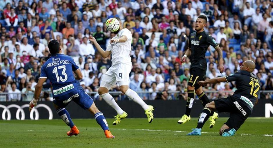 El delantero francés, Benzema, anotó de cabeza, es su sexto gol ante Granada en los últimos cinco partidos que se han visto las caras. (Foto: EFE)