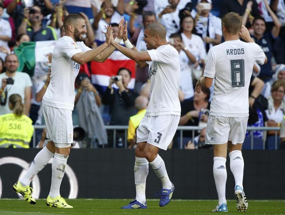 Karim Benzema es felicitado por sus compañeros, anotó el primero de Real Madrid en el triunfo ante Granada. (Foto: EFE)