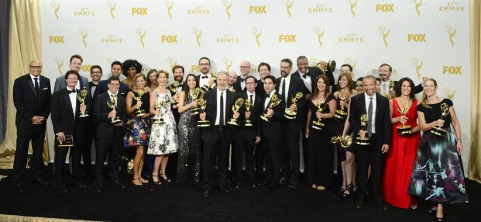 """El elenco y otros integrantes de """"The Daily Show"""" muestran los múltiples premios conseguidos durante la edición 2015 de los Premios Emmy. (Foto: EFE)"""
