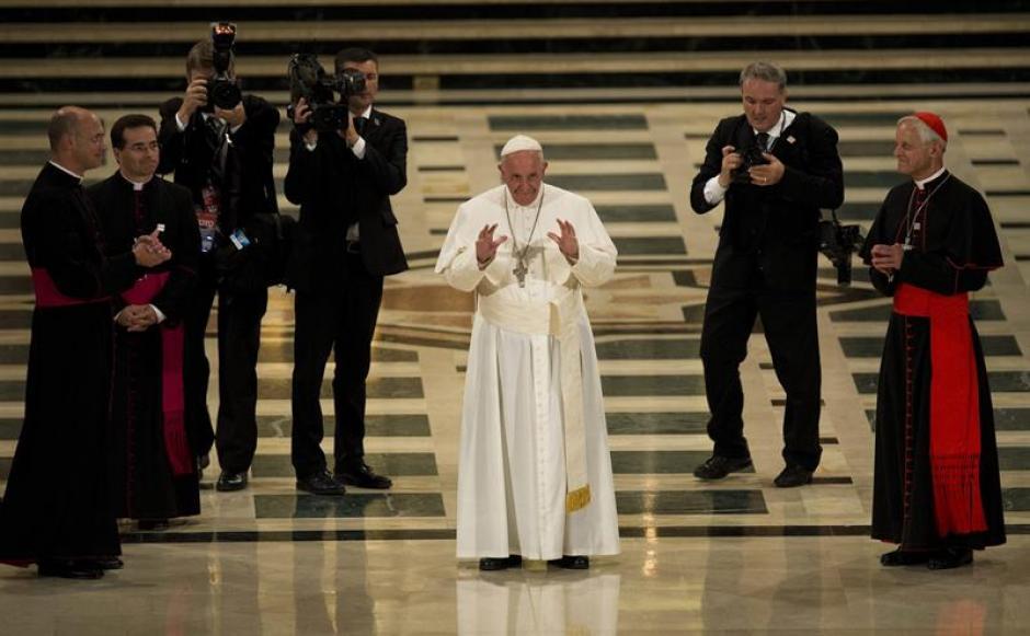 El papa Francisco saluda en la Basílica Nacional de la Inmaculada Concepción en Washington (EE.UU.). (Foto: EFE)