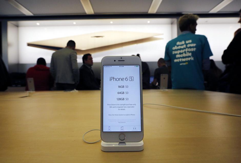 La compañía lanzó este sábado al público el modelo iPhone 6s y 6s Plus. (Foto: EFE)