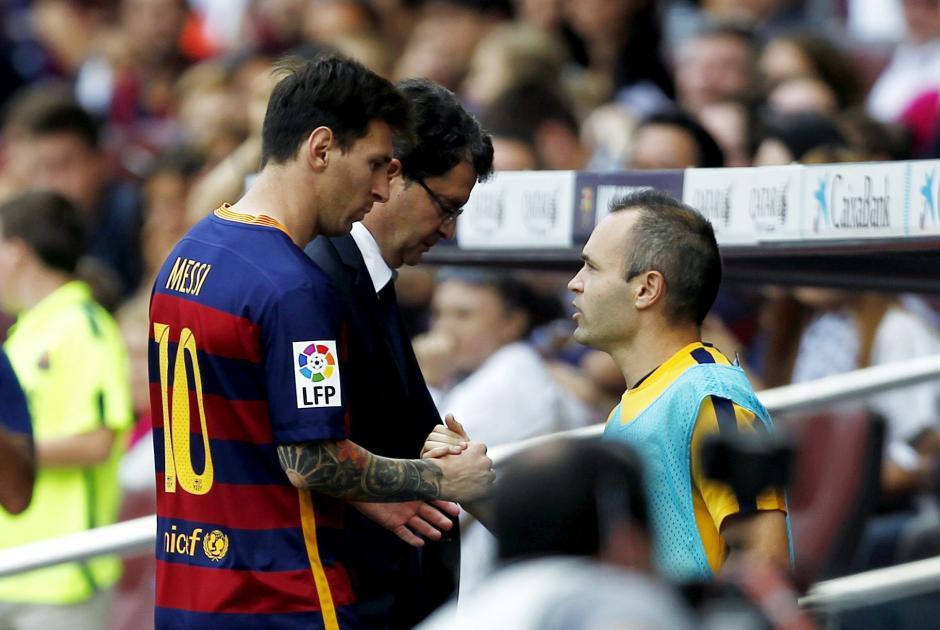 Iniesta recibió en el banquillo a su compañero, tras la salida del argentino al minuto 10. (Foto: EFE)