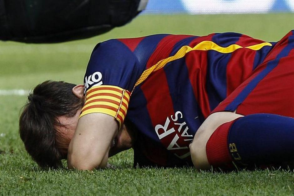 La imagen dramática que provocó Messi tras su lesión, tendido en la gramilla, con gestos evidentes de dolor. (Foto: EFE)