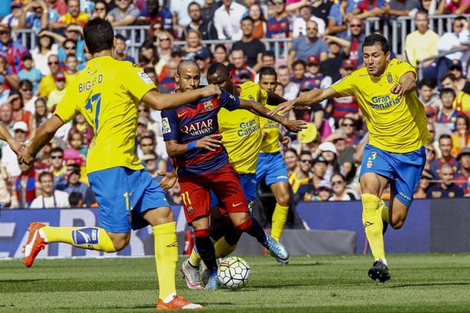 Neymar con corte de peinado nuevo intentó desequilibrar en la ofensiva de Barcelona.(Foto: EFE)