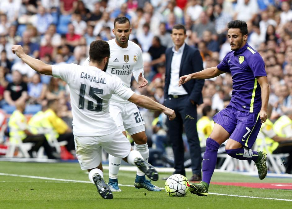 El defensa del Real Madrid, Daniel Carvajal, se disputa la pelota con el centrocampista del Málaga, Juan Carlos Pérez, durante el partido disputado en el estadio Santiago Bernabéu de Madrid. (Foto: EFE/Chema Moya)