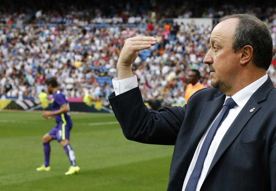 El entrenador del Real Madrid, Rafael Benítez, da instrucciones a sus jugadores en su partido. (Foto: EFE/Chema Moya)