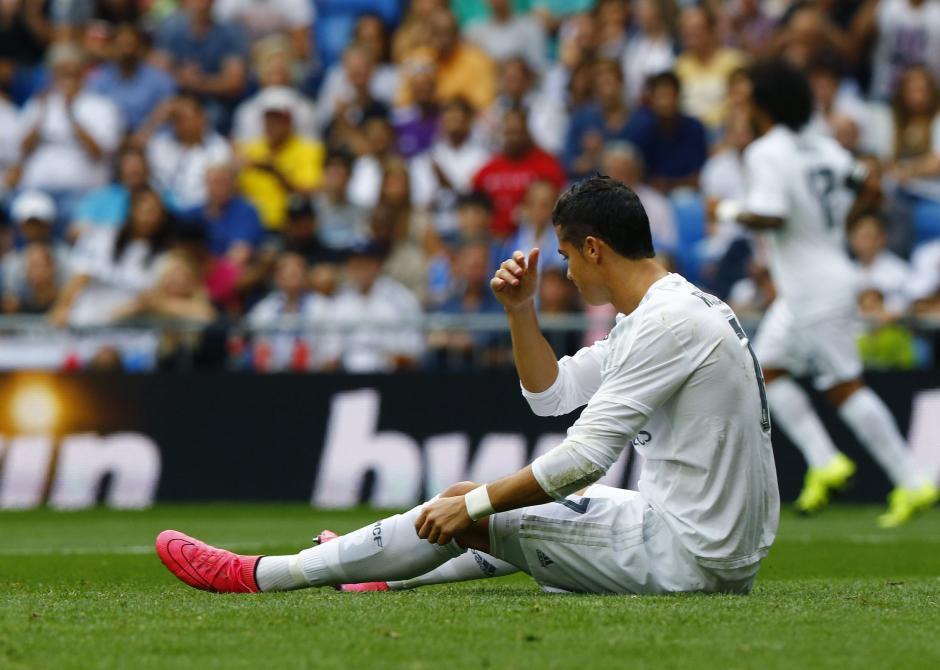 El delantero portugués del Real Madrid Cristiano Ronaldo en el suelo durante el partido ante el Málaga. El equipo merengue no pudo anotar para seguir alargando la ventaja en la Liga. (Foto: EFE/J P Gandul)