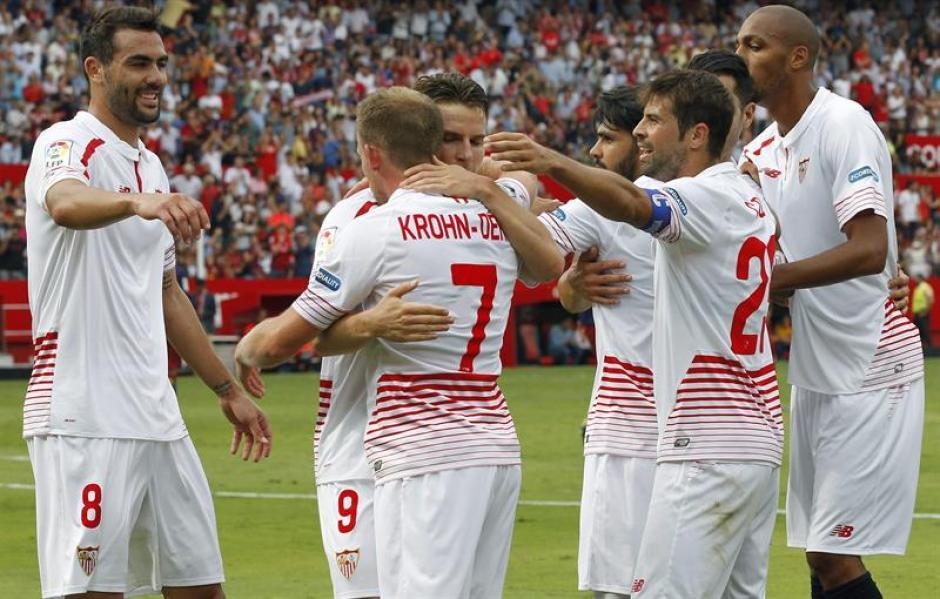 Los jugadores de Sevilla festejaron el triunfo ante los azulgranas. Terminaron sufriendo, pero lograron los tres puntos valiosos.(Foto: EFE)
