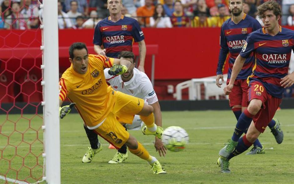 El portero chileno Claudio Bravo, regresó a la titularidad de Barcelona, pero no pudo evitar la caída dos veces en su portería.(Foto: EFE)