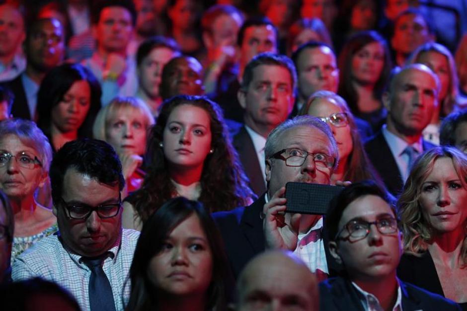 Miembros de la audiencia escucha los comentarios previos del debate presidencial Demócrata en Wynn en Las Vegas, Nevada de Estados Unidos. (Foto: EFE)