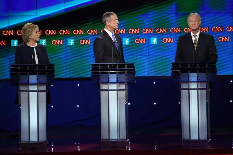 La exsecretaria de Estado Hillary Clinton, el exgobernador de Maryland Martin O'Malley y el exgobernador de Rhode Island Lincoln Chafee en el debate presidencial Demócrata. (Foto: EFE)
