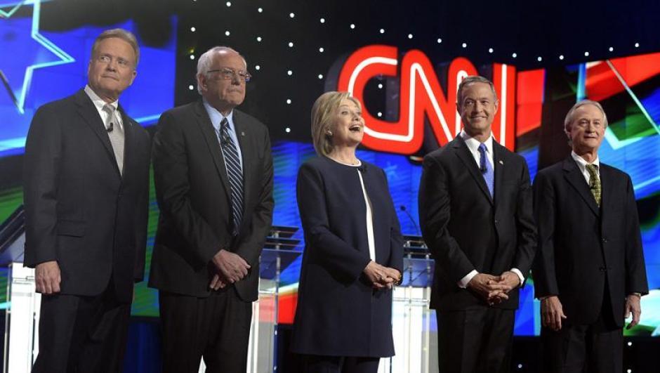 Los candidatos presidenciales Jimm Webb (i), Bernie Sanders, la exsecretaria de Estado Hillary Clinton, el exgobernador de Maryland Martin O'Malley y el exgobernador de Rhode Island Lincoln Chafee en el debate Demócrata. (Foto: EFE)