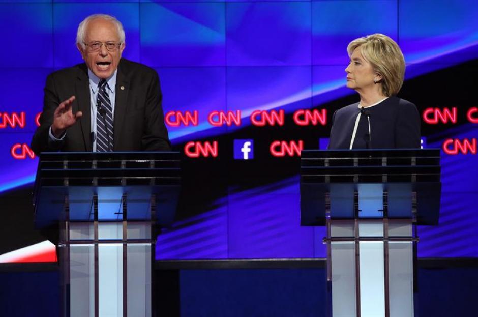El senador de Vermont Bernie Sanders (i) y la exsecretaria de Estado Hillary Clinton (d) durante el debate presidencial Demócrata en Wynn en Las Vegas. (Foto: EFE)