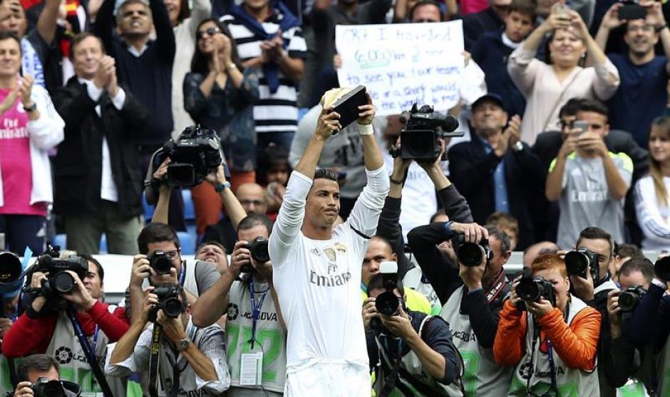 Antes de iniciar el juego, Cristiano Ronaldo ofreció su cuarta Bota de Oro a la afición madridista. (Foto: EFE)