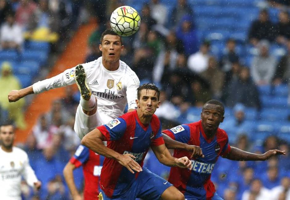 Cristiano Ronaldo y los jugadores del Levante, Zouhair Feddal y Simao Mate se disputan el balón durante el encuentro. (Foto: EFE)