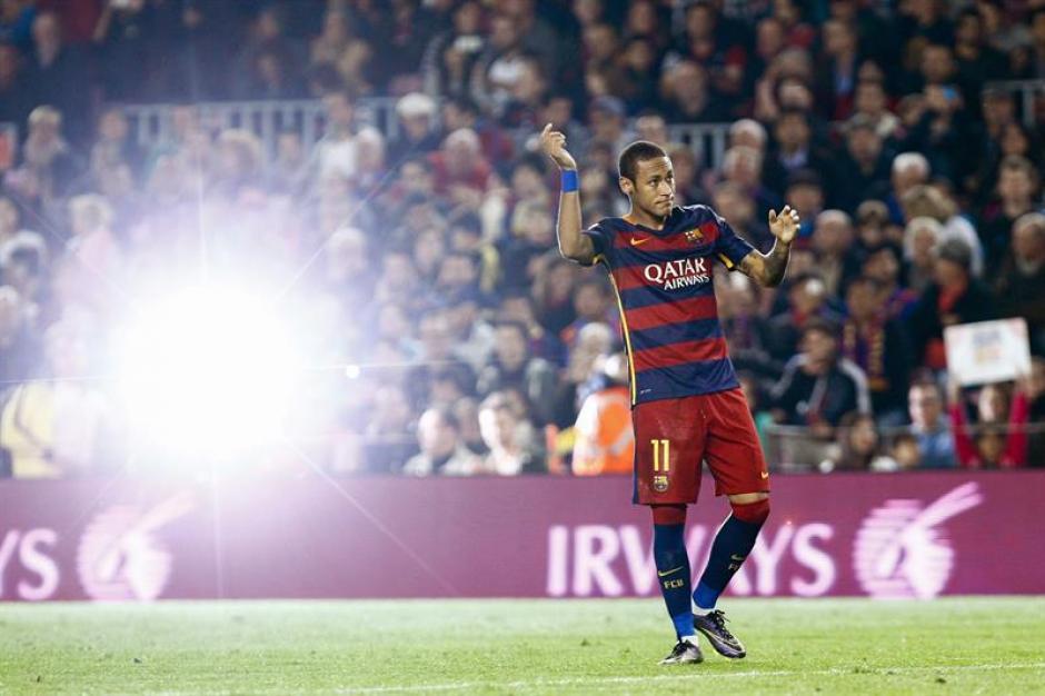 El brasileño Neymar se puso a su equipo al hombro y anotó cuatro goles en 38 minutos. (Foto: EFE)