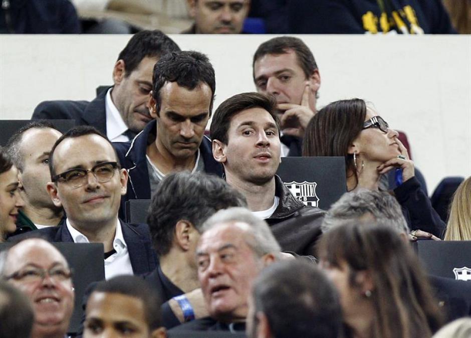 Lionel Messi vio a sus compañeros desde el palco del Nou Camp. Aún estará afuera de las canchas por cuatro semanas.(Foto: EFE)