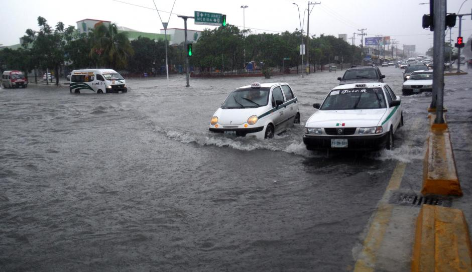 Inundaciones en la ciudad de Cancún (México) por fuertes lluvias en la zona. El huracán Olaf de categoría 1 continúa intensificándose en el Océano Pacífico, aunque permanece alejado de las costas mexicanas. (Foto: EFE/Alonso Cupul)