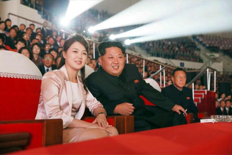 El líder norcoreano, Kim Jong-un junto a su mujer, Ri Sol-ju (izda). (Foto: EFE/Rodong Sinmun)