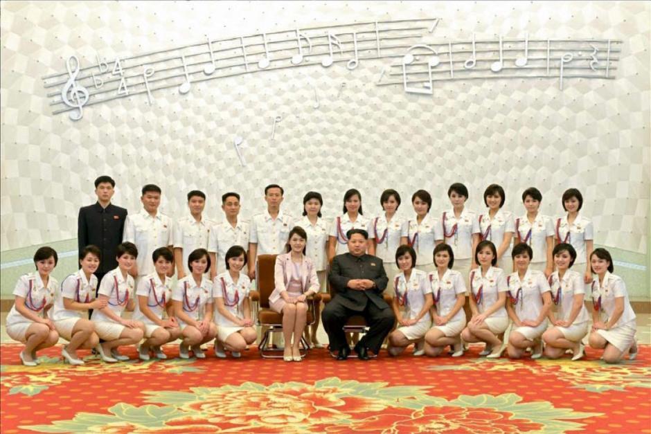 El líder norcoreano, Kim Jong-un, y a su mujer, Ri Sol-ju, que posan con la banda femenina Morabong con motivo del concierto de conmemoración del 70 aniversario de la fundación del Partido de los Trabajadores en Corea del Norte. (Foto: EFE/Rodong Sinmun)