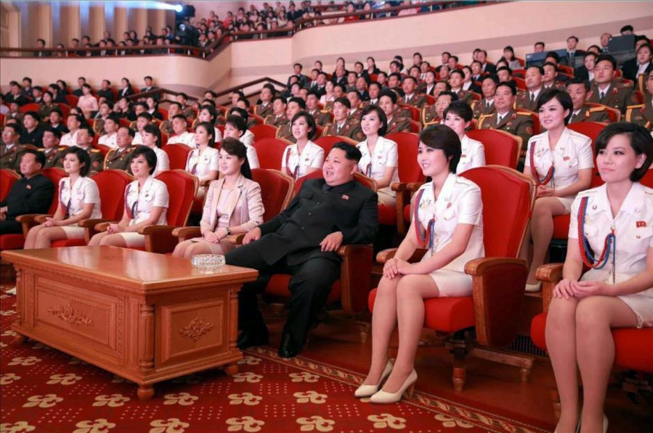 Fotografía de fecha desconocida facilitada por el periódico Rodong Sinmun, periódico del Partido de los Trabajadores norcoreano, que muestra al líder norcoreano, Kim Jong-un y a su mujer, Ri Sol-ju asisten al concierto de conmemoración del 70 aniversario de la fundación del Partido de los Trabajadores en Corea del Norte. (Foto: EFE/Rodong Sinmun)