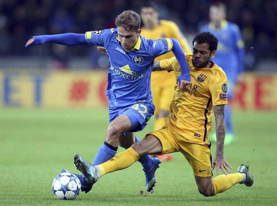 Dani Alves tuvo mucho trabajo en el primer tiempo, en el complemento Barcelona se impuso y controló el partido. (Foto: EFE)