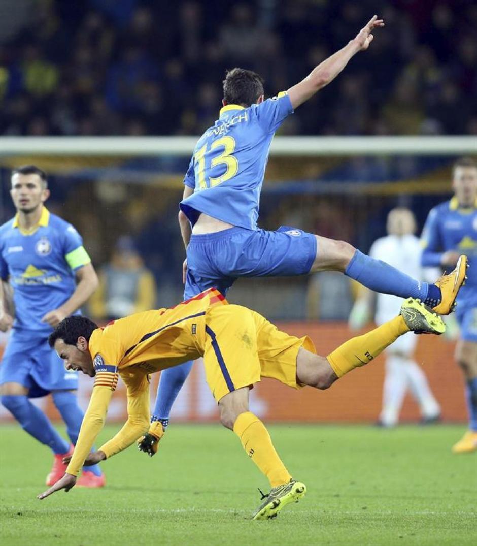 Disputado partido. Ante la ausencia de Messi, el capitán fue Busquets. (Foto: EFE)