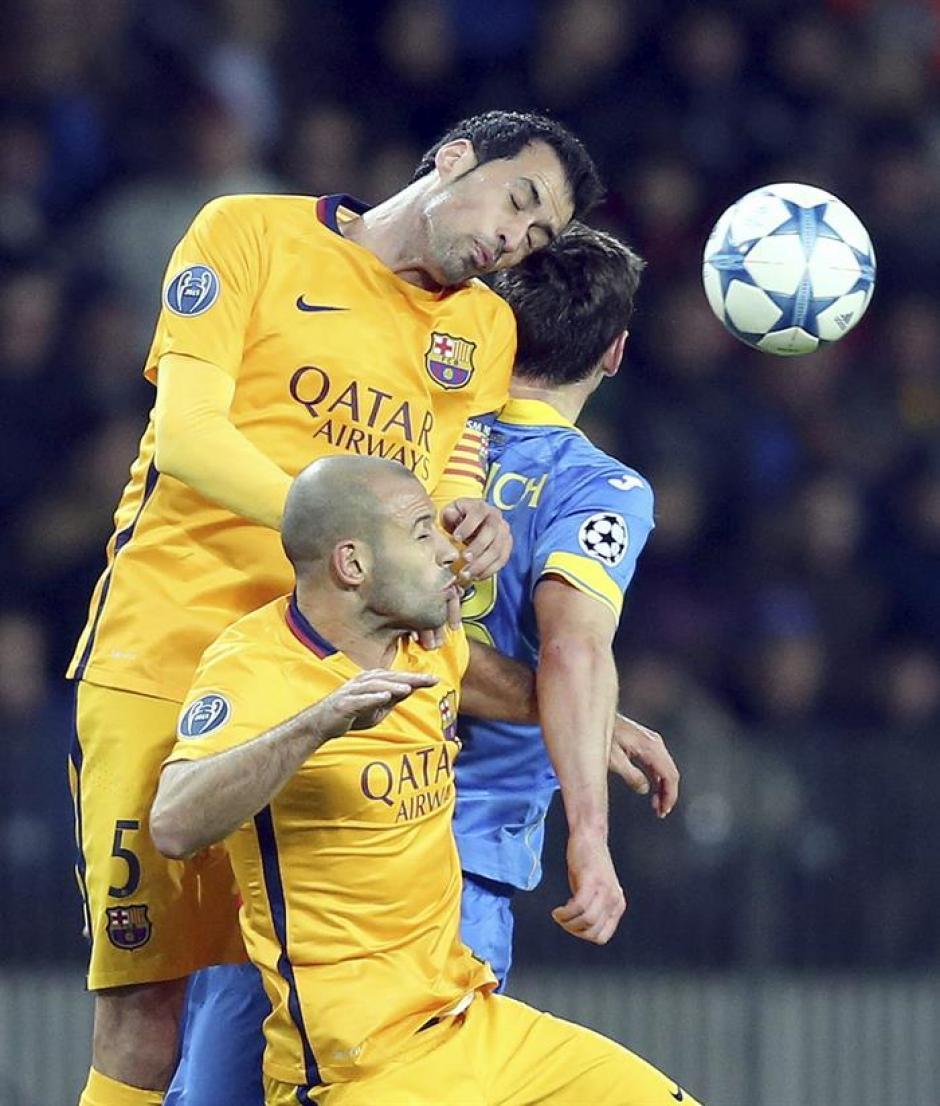 Busquets y Mascherano pelean contra un rival del Bate por quedarse con la pelota. En el primer tiempo no le salieron todas a Barcelona. (Foto: EFE)