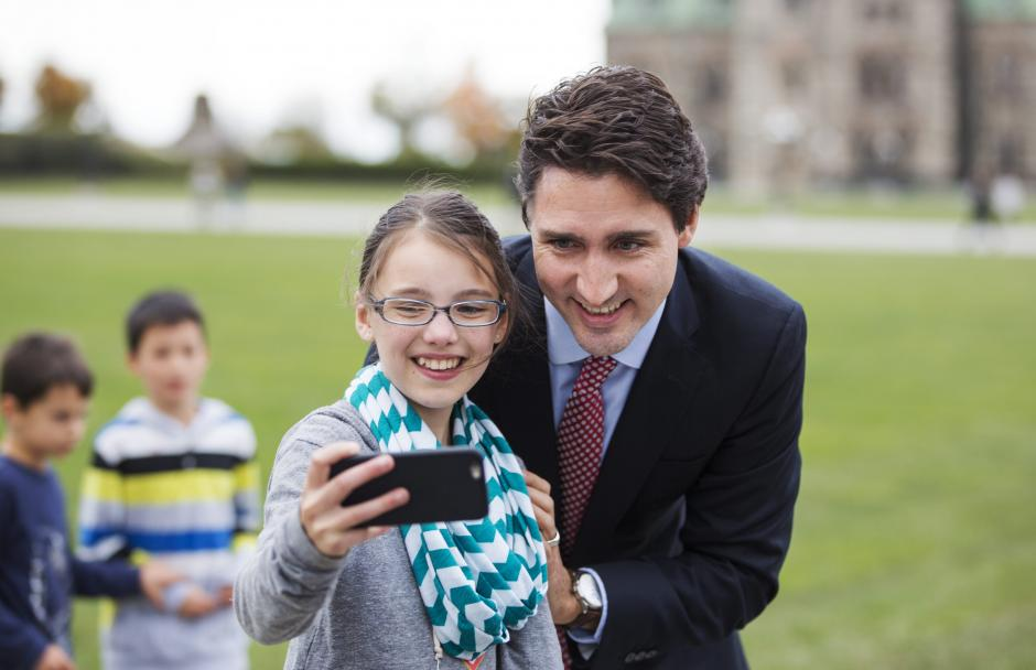 El primer ministro electo de Canadá, Justin Trudeau, posa para un autorretrato tras ofrecer una rueda de prensa en Ottawa (Canadá). (Foto: EFE/Chris Roussakis)