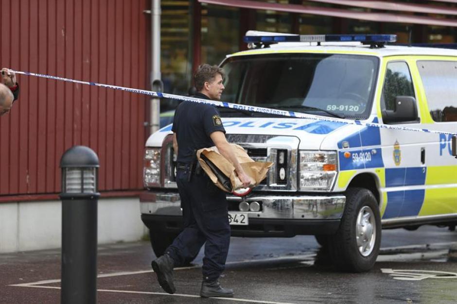 Un agente de policía recoge pruebas en la zona después de que un hombre enmascarado atacara a varias personas en Suecia. (Foto: EFE)