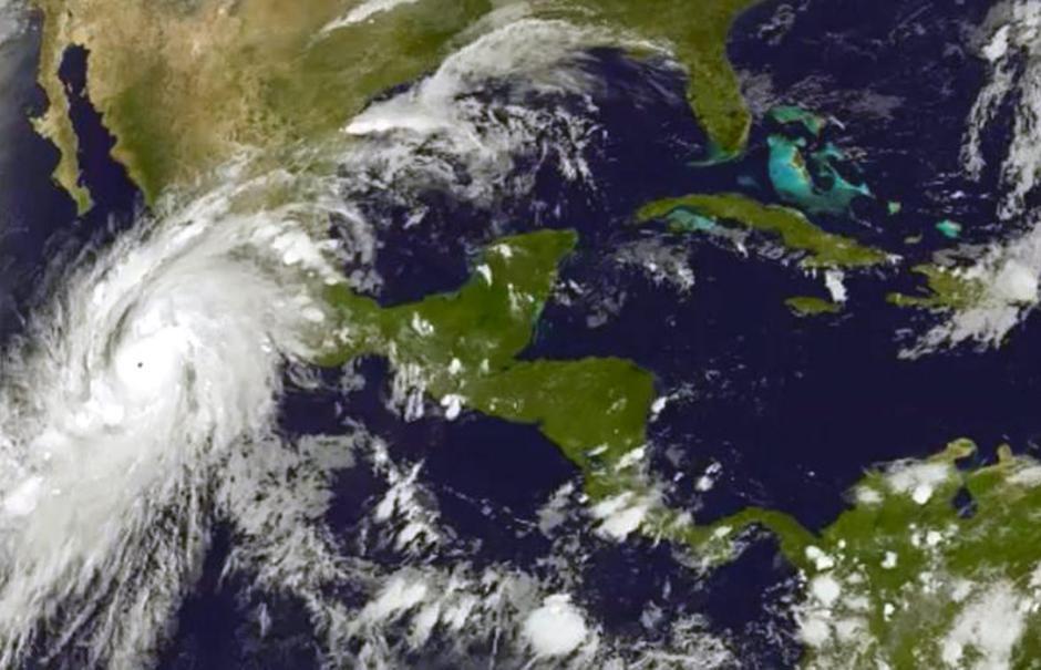 Fotografía de satélite facilitada por la Agencia Nacional de Océanos y Atmósfera de Estados Unidos (NOAA, en inglés) que muestra una imagen en la que se aprecia al huracán Patricia en su aproximación a la costa de México. (Foto: Efe)