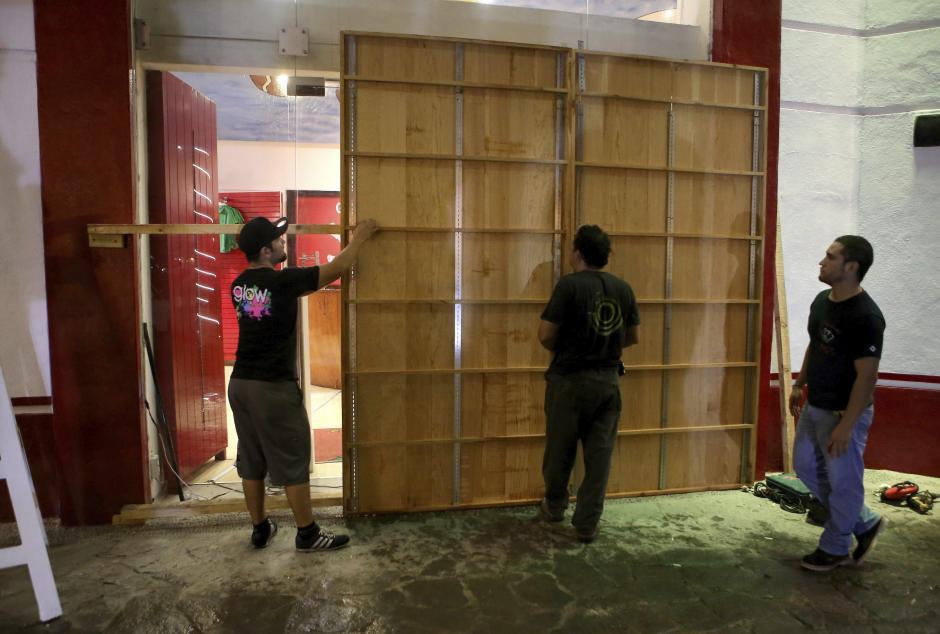 Habitantes de la zona turística de Puerto Vallarta en el estado de Jalisco resguardan las instalaciones de sus casas y negocios ante la llegada del huracán Patricia. (Foto: Efe)