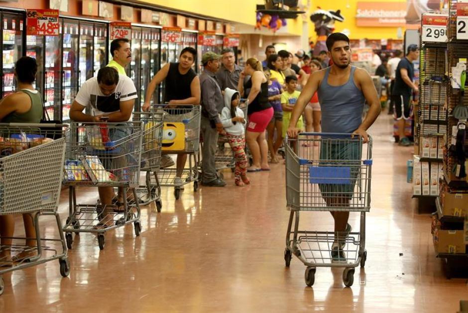 Habitantes de la zona turística de Puerto Vallarta en el estado de Jalisco hacen compras de emergencia ante la llegada del huracán Patricia. (Foto: EFE)