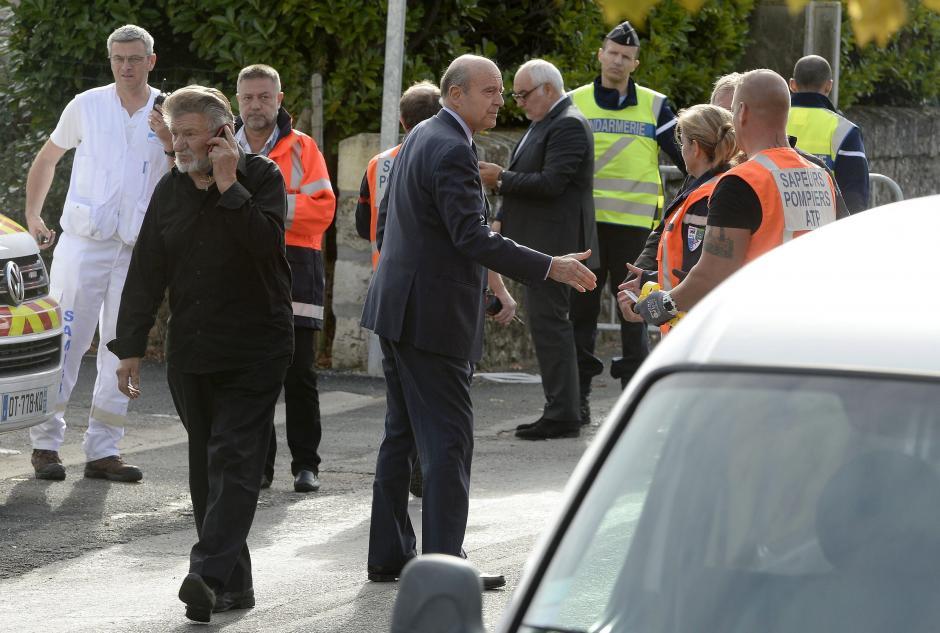 El alcalde de Burdeos, Alain Juppe, saluda al personal médico tras acercarse al lugar del accidente de un autobús en Puisseguin, cerca de Burdeos Francia. (Foto: Efe)