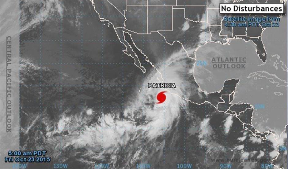 Mapa facilitado por la Agencia Nacional de Océanos y Atmósfera de Estados Unidos, que muestra una imagen de satélite en el que se aprecia el huracán Patricia. (Foto: EFE)