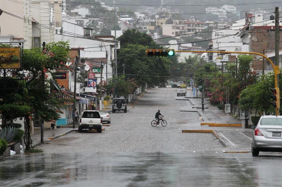 Un ciclista se moviliza en la ciudad de Puerto Vallarta. El pueblo se ha refugiado en espera del huracán Patricia. (Foto: EFE)