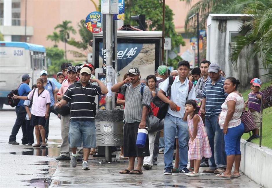 Varias personas esperan movilizarse a sus hogares para recibir el impacto del huracán Patricia en las costas de México. (Foto: EFE)
