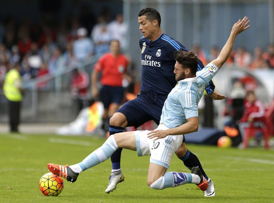 Cristiano Ronaldo pelea un balón con el defensa del Celta, Sergi Gómez, durante el partido de la novena jornada de liga en Primera División. El portugués volvió a anotar. (Foto: EFE)