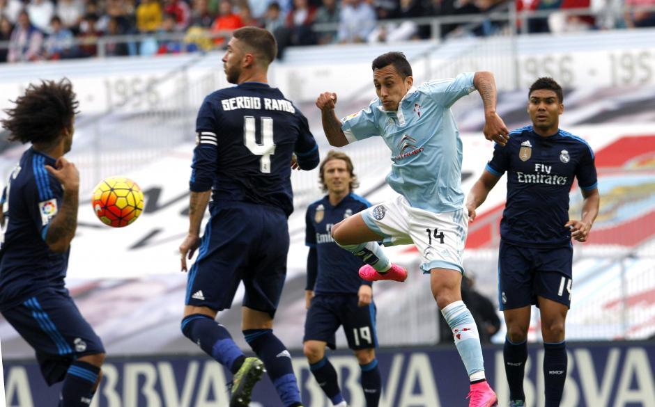 Los jugadores del Celta de Vigo no pudieron con una defensa del Real Madrid que de momentos se mostró eficiente, como en esta escena del partido donde Fabián Orellana es rodeado para que no haga daño en la porteria del contrario. (Foto: EFE/Salvadore Sas)