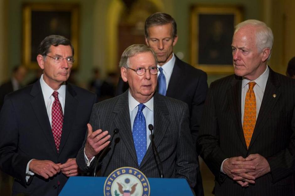 El líder de la mayoría republicana en el Senado, Mitch McConnell junto a los republicanos John Barrasso de Wyoming, John Thune de Dakota del Sur, y John Cornyn de Texas. (Foto: EFE)