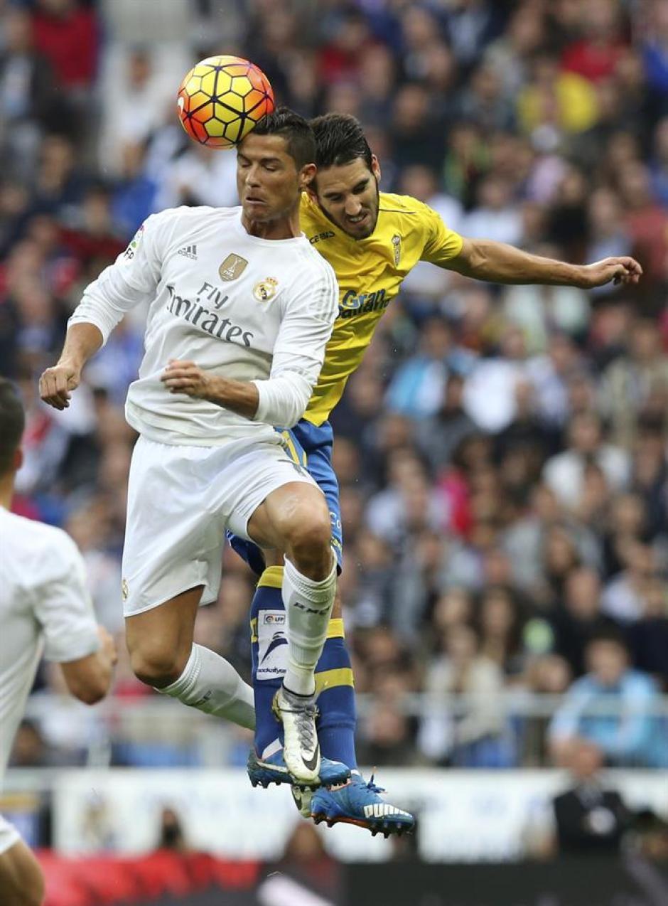 Cristiano Ronaldo gana un balón por los aires.(Foto: EFE)