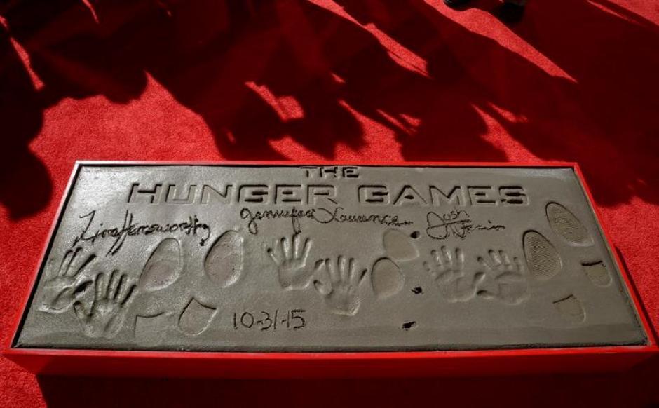 """Este sábado los protagonistas de la película """"Los Juegos del Hambre"""" plasmaron sus huellas fente al mítico Teatro Chino en Hollywood, California. (Foto: EFE)"""